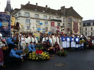 Archiconfrrie de la Champagne - groups photo in front of the statue of Jean de la Fontaine